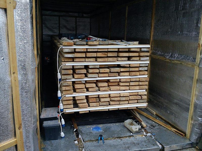 ПЛЭН панели расположены между слоями древесины, что ускоряет процесс сушки
