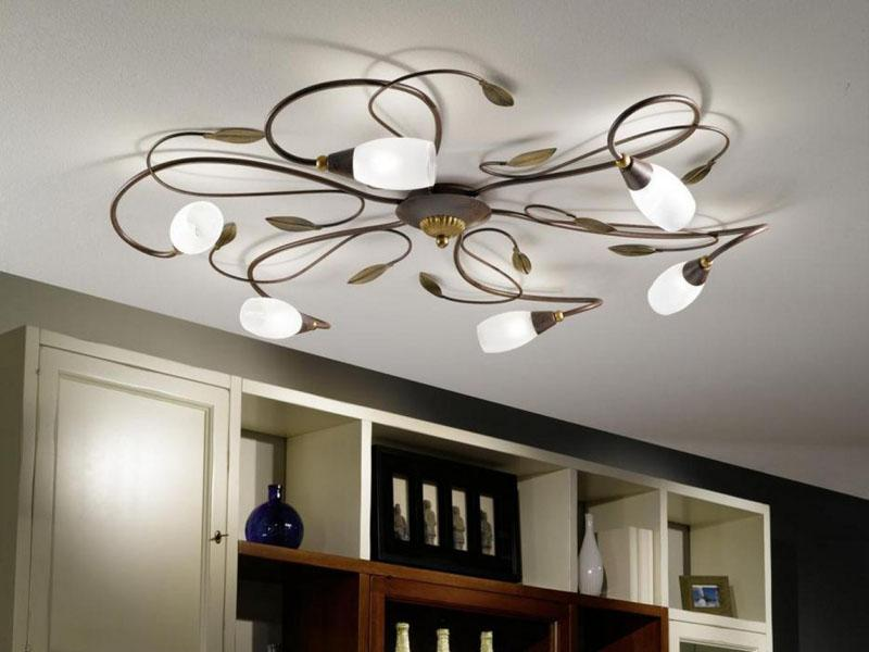 Если комната большая, а ее высота оставляет желать лучшего, нужно использовать плоскую и широкую люстру