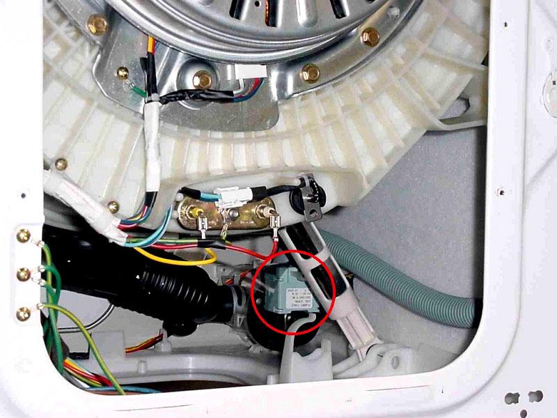 На фото (обведено красным) показано, где находится одно из реле в стиральной машине