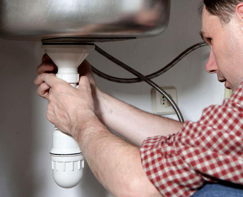 Для более плотного соединения частей бутылочной конструкции специалисты рекомендуют использовать сантехнический уплотнитель