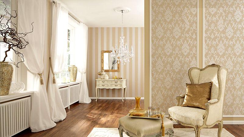 На фото дизайн комбинированных обоев в зале с низкими потолками