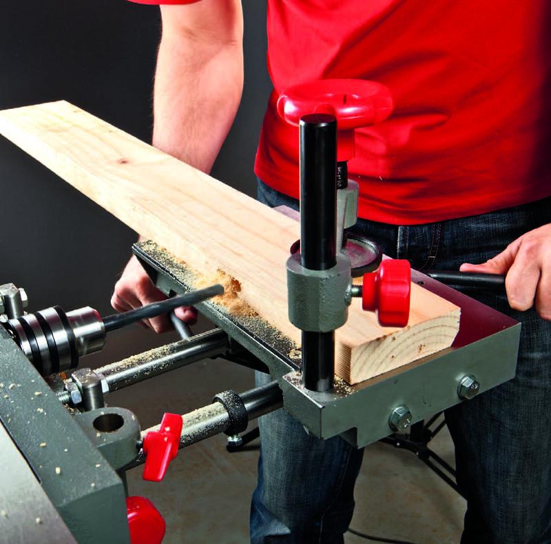 Процесс сверления заготовки из дерева