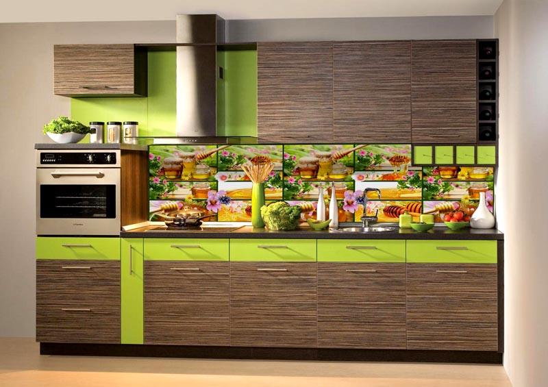 Кухонные фартуки вдоль рабочей зоны из пластика смотрятся эстетично и красиво