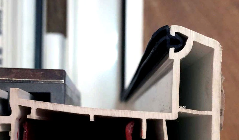 Два выступа резинки для окон пластиковых повышают надежность герметичного контура. Полость в крепежном элементе предотвращает образование «мостика холода»