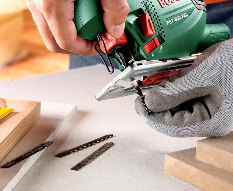 Замена полотна лобзика достаточно проста – нужно нажать на защелки по бокам