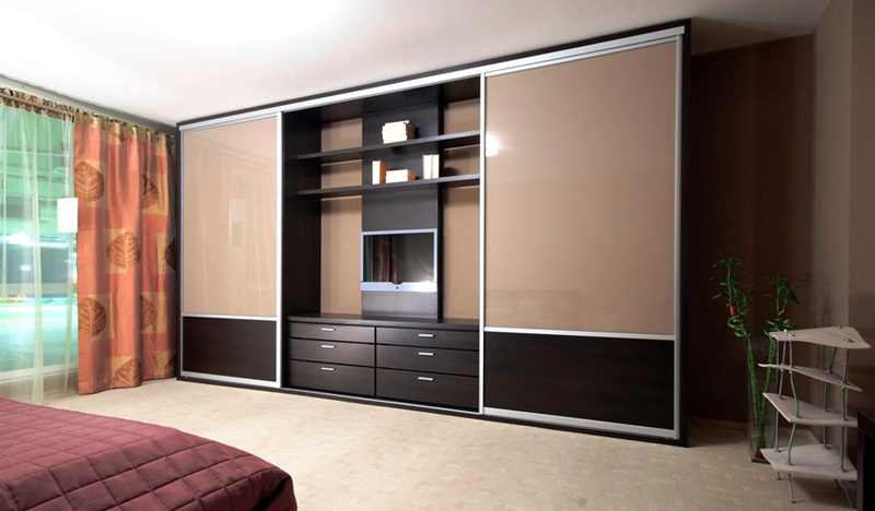 Вместительный шкаф с нишей для телевизора