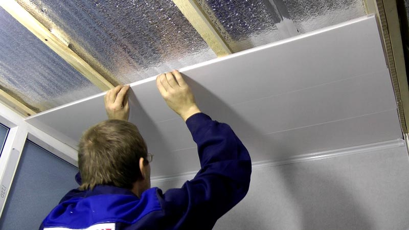 Отделку потолка пластиком можно выполнять в одиночку – материал легкий, помощи второго мастера при монтаже не требует