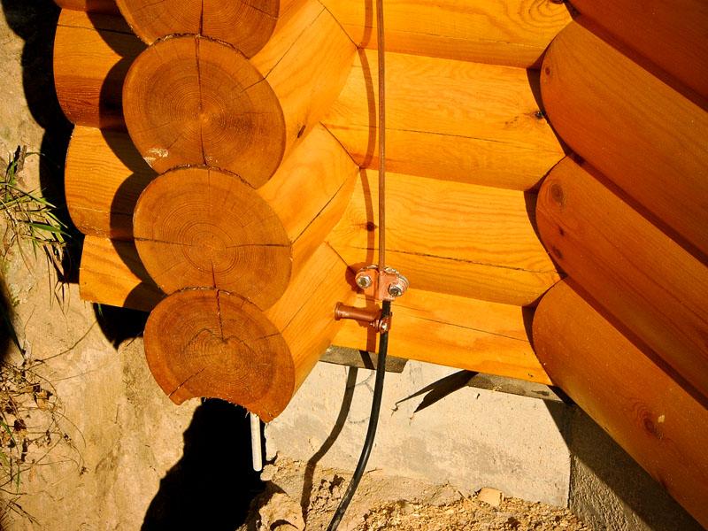 Монтаж молниезащиты тоже немаловажен, особенно для высоких деревянных строений