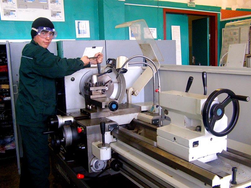 Соблюдать технику безопасности при работе на токарном станке необходимо