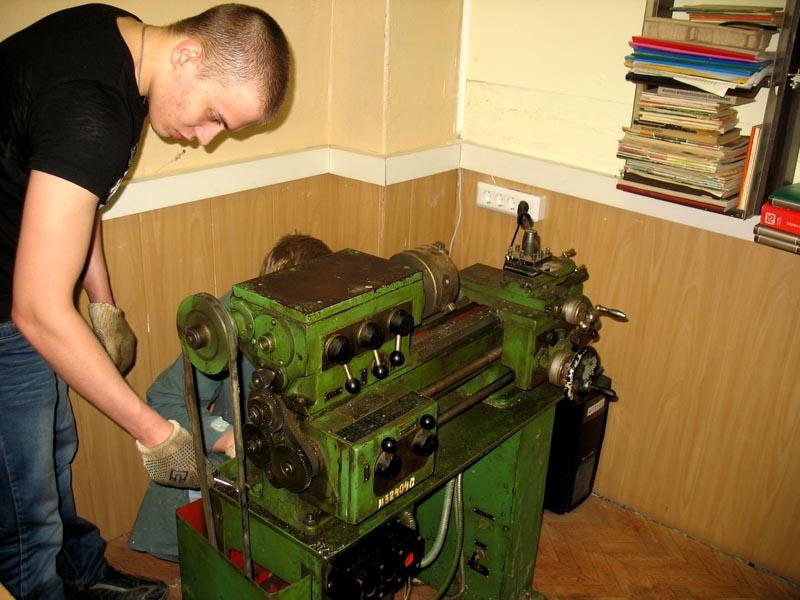Нужно периодически производить ревизию токарного станка и его визуальный осмотр