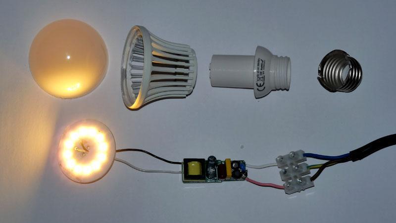 Проверка светодиодной лампочки в разобранном состоянии. Не стоит так делать – это опасно