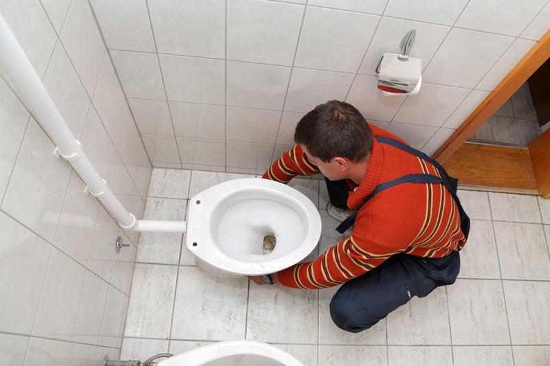Месторасположение канализационной трубы способно повлиять на модель унитаз