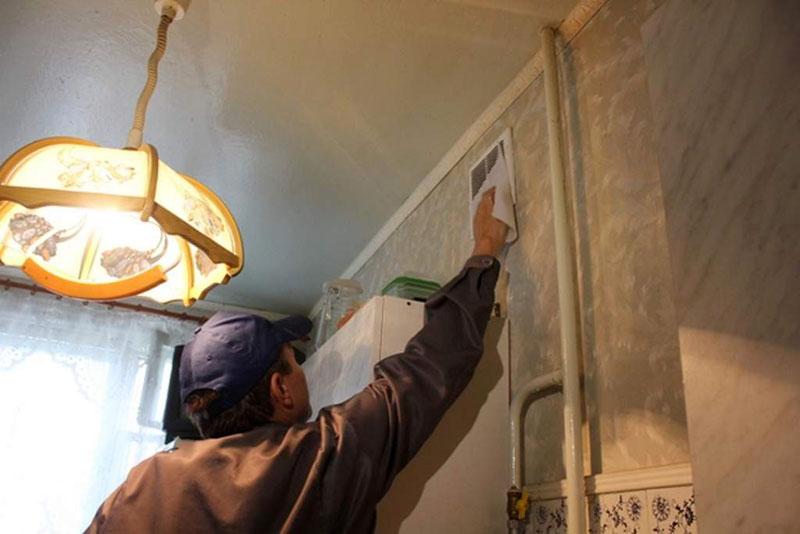 Вентиляционная решётка в квартире на кухне под потолком