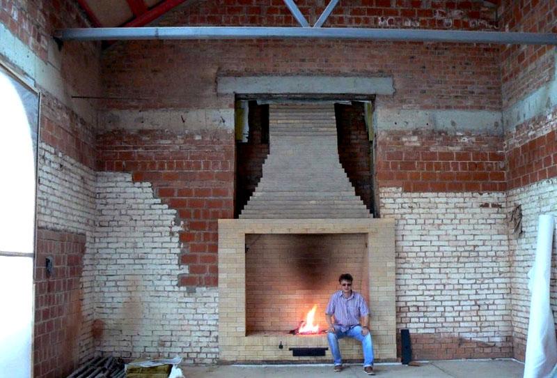Из кирпича можно создать гигантский дровяной камин с учетом пожеланий владельца и архитектурных особенностей конкретного помещения