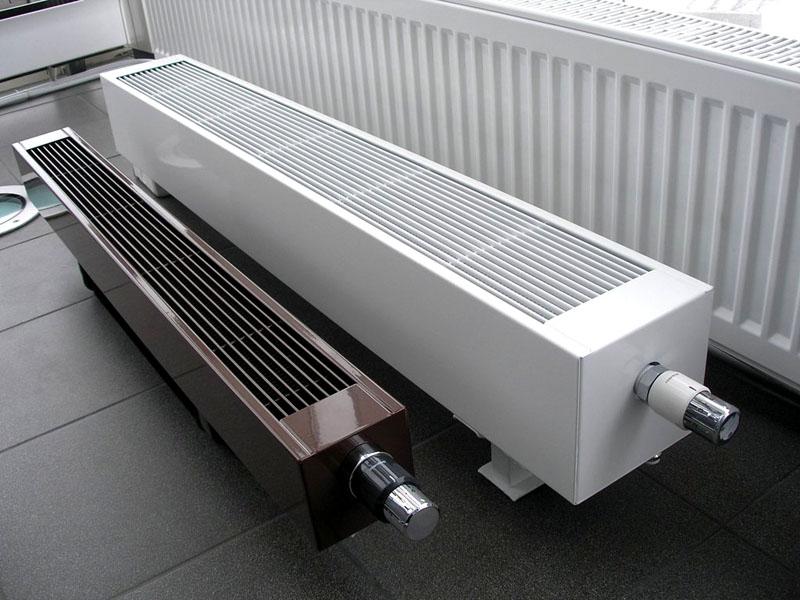 Нейтральный вид типичных напольных и настенных электрических радиаторов отопления подходит к разным стилям