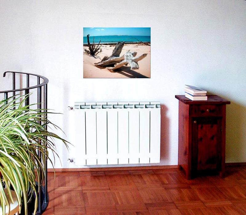На светлом фоне биметаллический радиатор отопления не привлекает к себе внимание