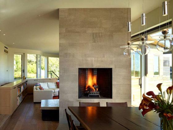 Такие, как на фото, камины в интерьере загородного дома создают по индивидуальному проекту из кирпича