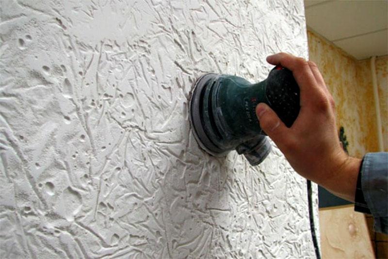 После создания структуры штукатурка полируется и покрывается лаком, краской или воском