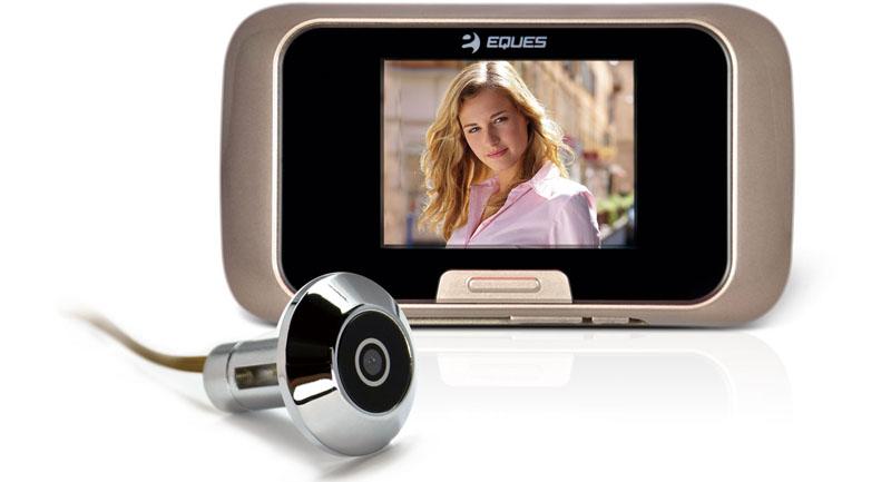 При желании, снаружи устанавливают видеоглазок беспроводной на дверь в виде обычного оптического устройства