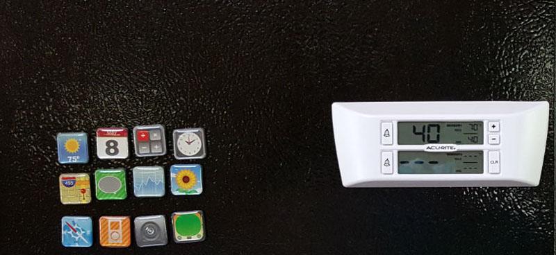 Электронный термометр на корпусе холодильника