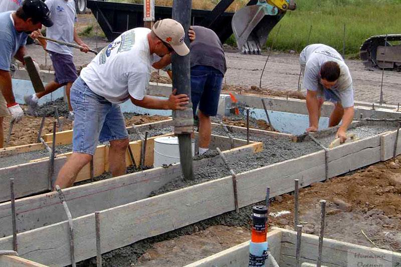 Заливка бетонного раствора должна проводиться равномерно