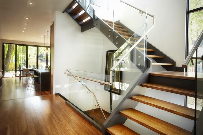 Металл, дерево, стекло – комбинируются любые материалы