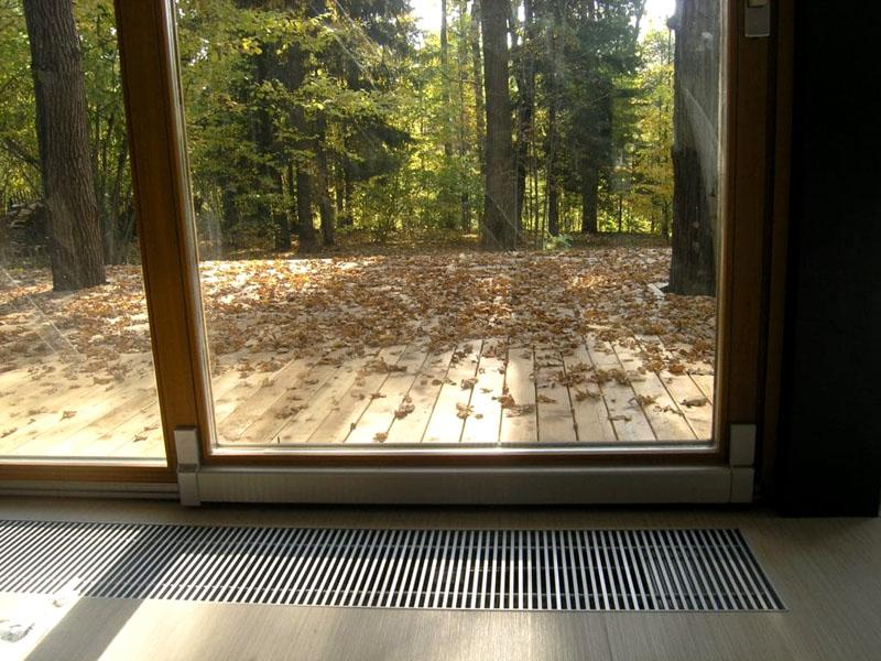Типичные места размещения встроенного конвектора – перед панорамными окнами, выходами на террасу