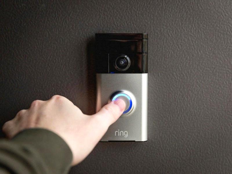 Достаточно часто глазок-камеру на входной двери производители объединяют с кнопкой звонка