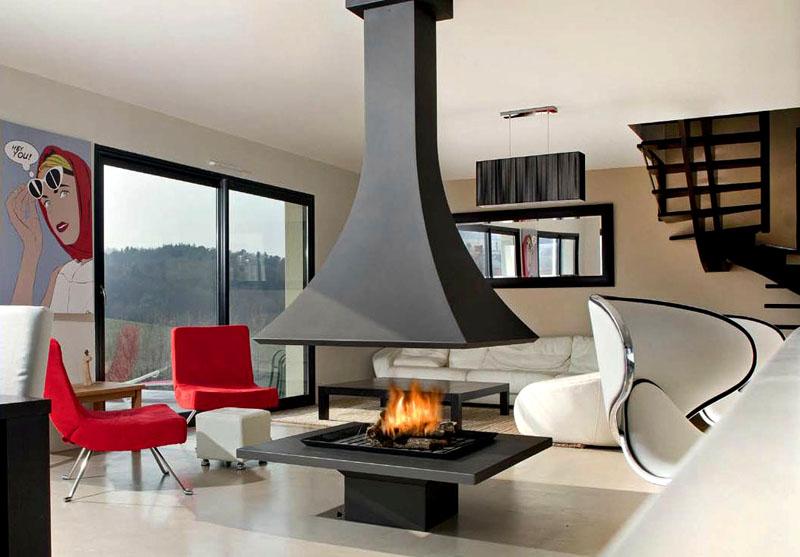 Фото камина в доме наглядно показывает возможности украшения интерьера с помощью оригинального дизайнерского решения