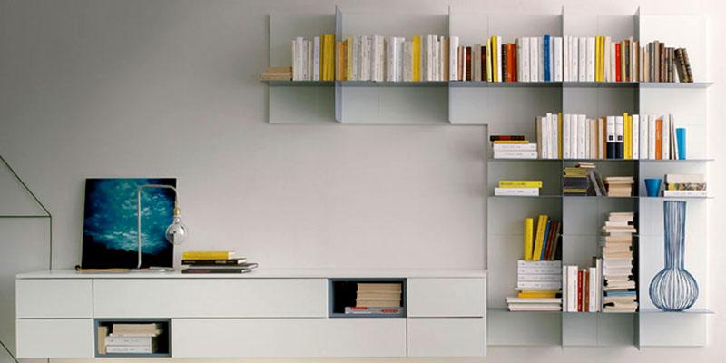 Оформление гостиной с полочками в стиле минимализм