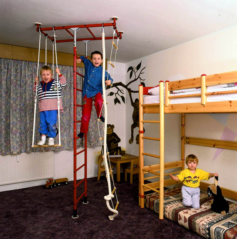 Можно укомплектовать детский спортивный комплекс тренажёрами, которые будут интересны всем ребятам разного возраста
