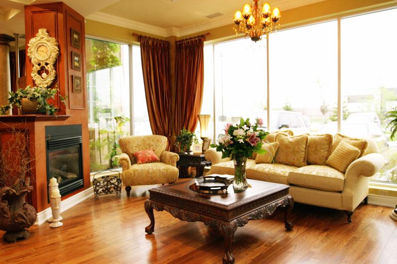 Гостиная с большими панорамными окнами оформлена в классическом стиле