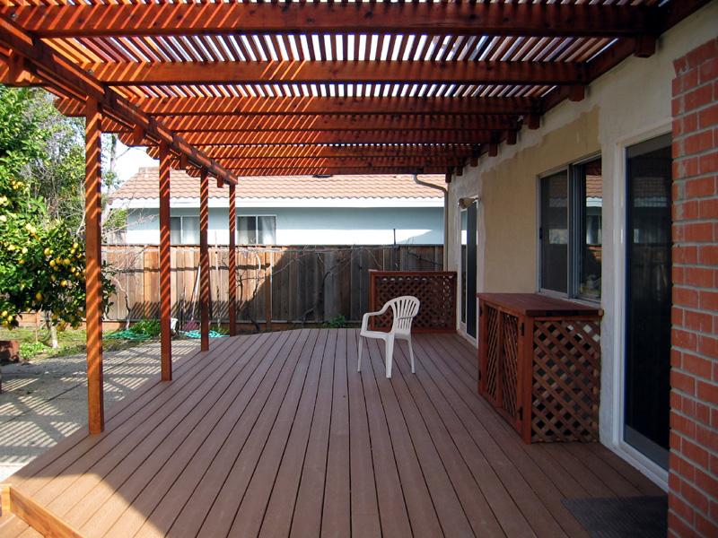 Для защиты от солнца на террасе навес выполнен из деревянных планок