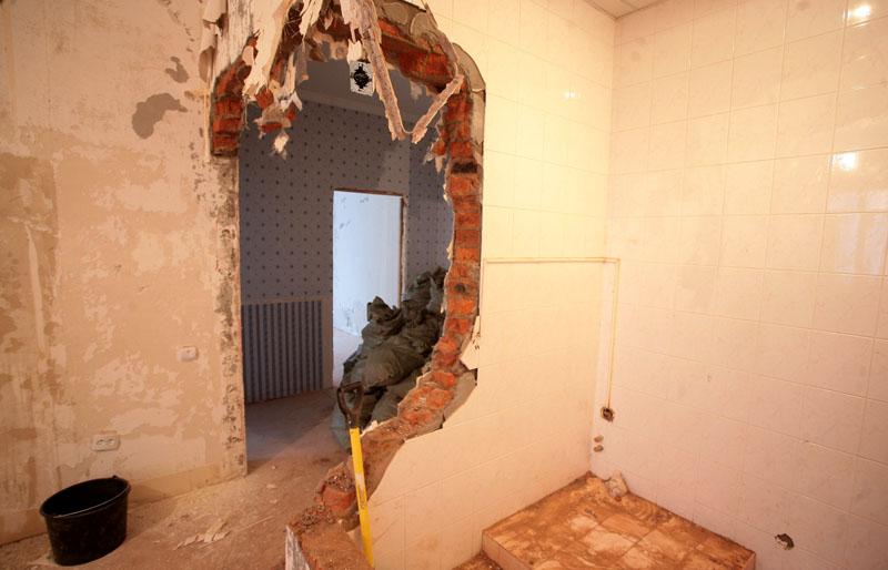 Демонтаж части перегородки под арочную конструкцию