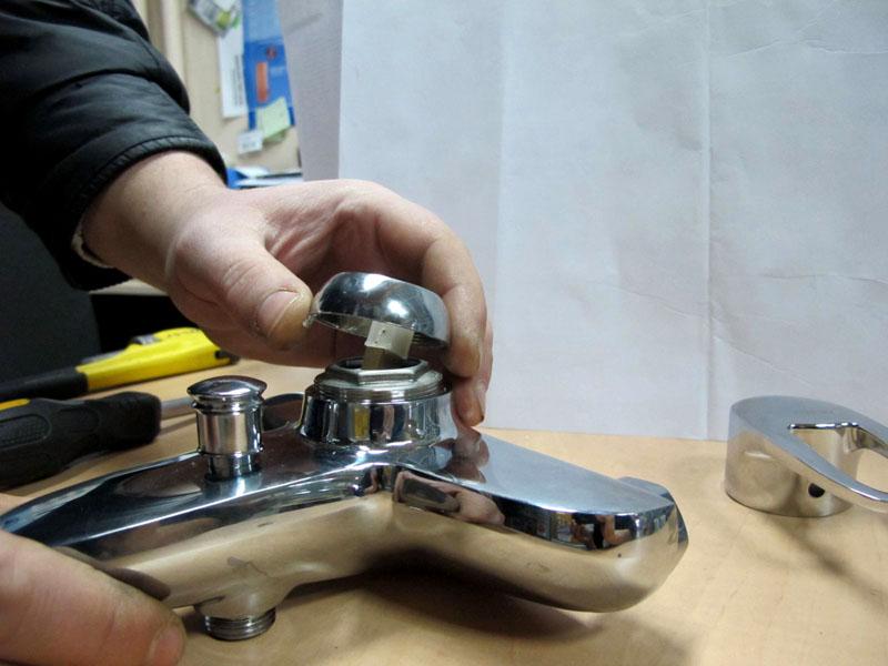 Однорычажный смеситель для ванной с переключателем в виде штока, расположенного на корпусе гусака