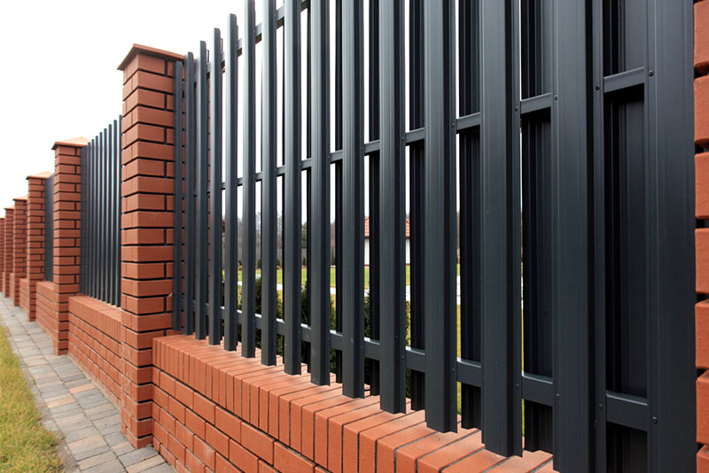 Картинки по запросу Металлический штакетник или забор во дворе