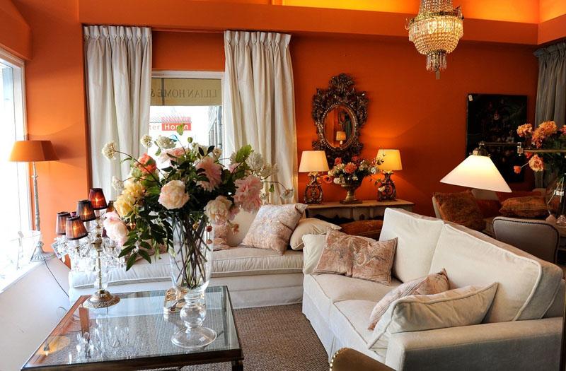 Разбавить насыщенный оттенок стен и сделать интерьер светлее можно при помощи белой мебели и текстиля