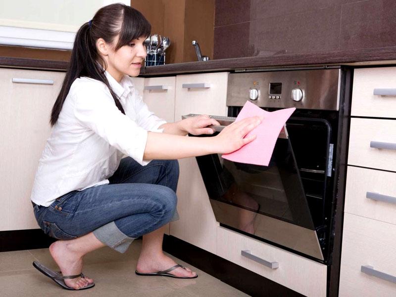 Наличие пиролиза, иных функций очистки не избавляет пользователя от необходимости очистки внешних поверхностей
