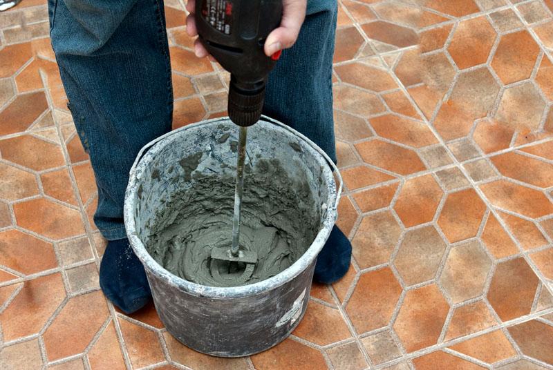 Замес цементной смеси можно производить даже в ведре