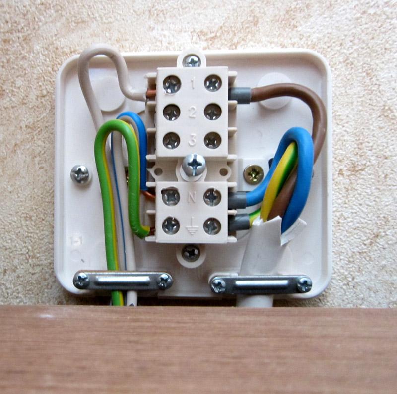 Монтажная коробка для подключения проводов от варочной панели