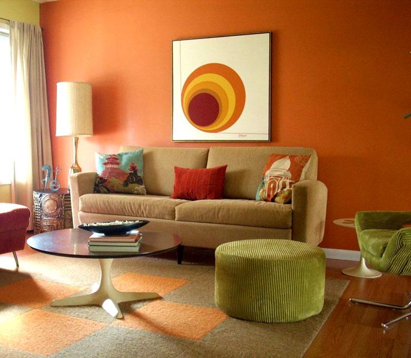 Декоративное панно на стене объединяет несколько оттенков, задействованных в оформлении интерьера гостиной