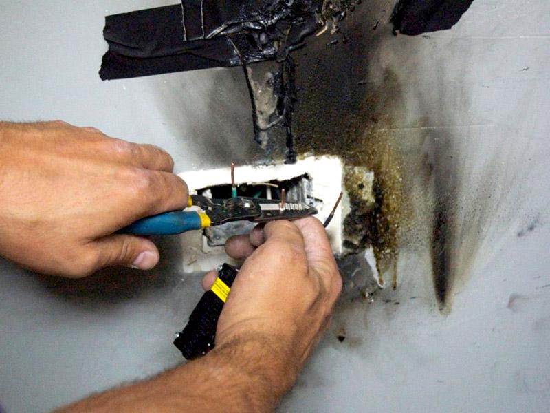 Старая проводка может не выдержать мощности варочной панели, она начнёт гореть