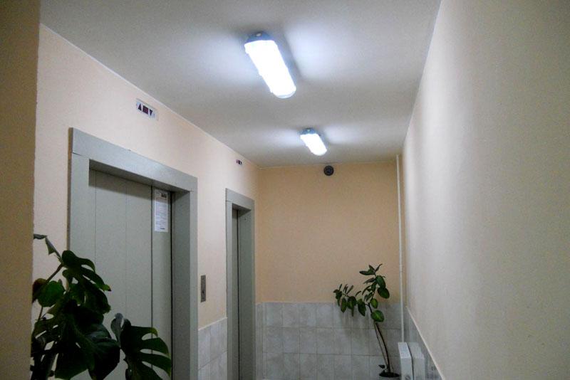 Освещение подъездов очень важно – возле лифтов окон не бывает