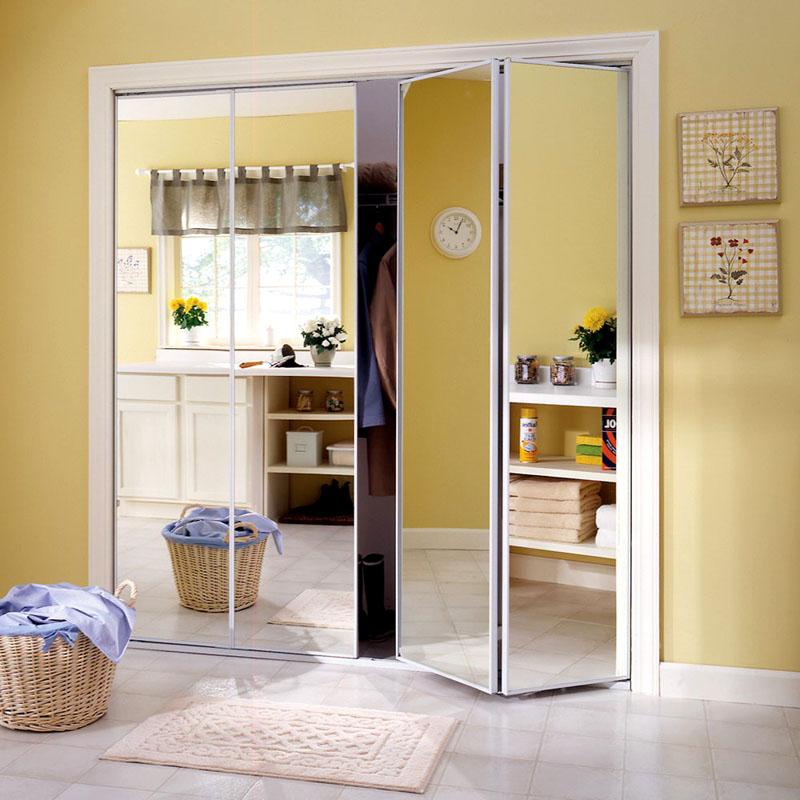 Зеркальные полотна визуально отвлекают внимание, отражая остальное пространство комнаты
