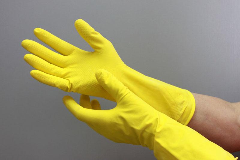 Защитите руки резиновыми перчатками
