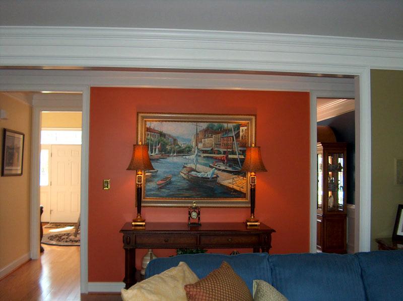 При размещении картины на окрашенной стене необходимо правильно подобрать тональность изображения