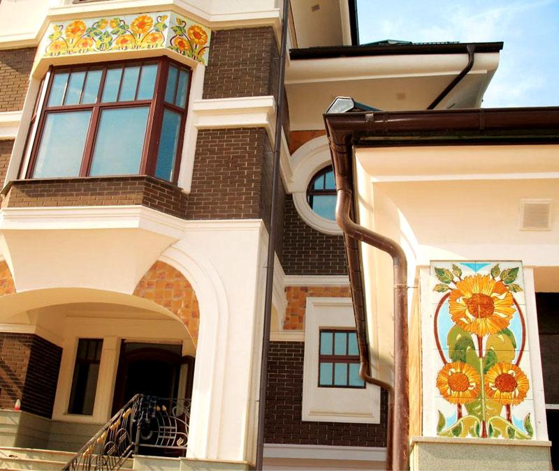 Керамическая плитка в оформлении фасада дома