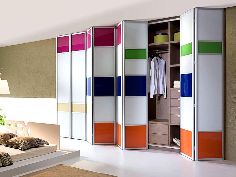 При изготовлении на заказ количество ламелей одной створки можно выбирать в соответствии с внутренним строением гардероба