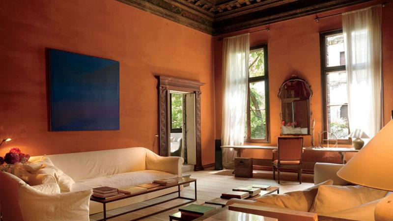 Цвет панно на стене выбран таким образом, чтобы «охладить» слишком тёплый интерьер