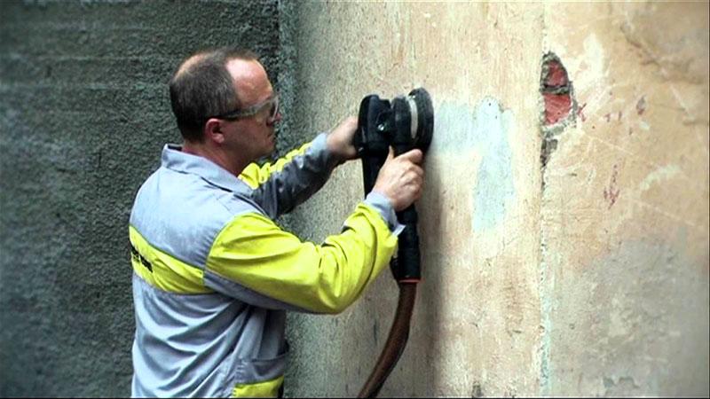 Первый этап подготовки – очистка стены от загрязнений